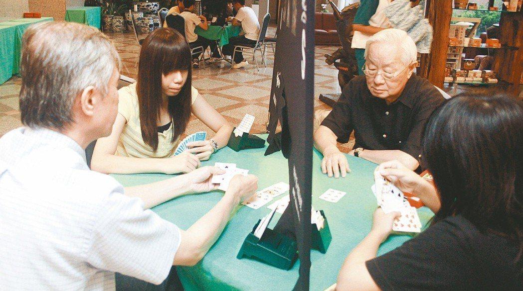 老資格的橋牌迷台積電董事長張忠謀(右),2010年在敦安基金會主辦的橋藝大賽中,...