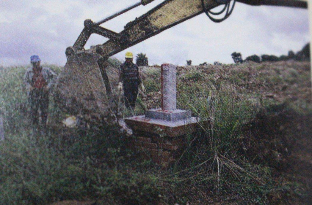 怪手整理清大南校區墓地。 記者張雅婷/翻攝
