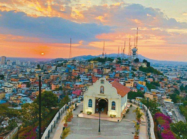 瓜嘉基爾的貧民窟夕陽美景毫無銅臭味。 圖/詹仁雄、海地玩家提供