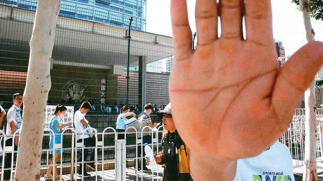 美國駐北京大使館外26日下午發生一起爆炸事件,事發後大陸警方不斷阻擾記者前往採訪...
