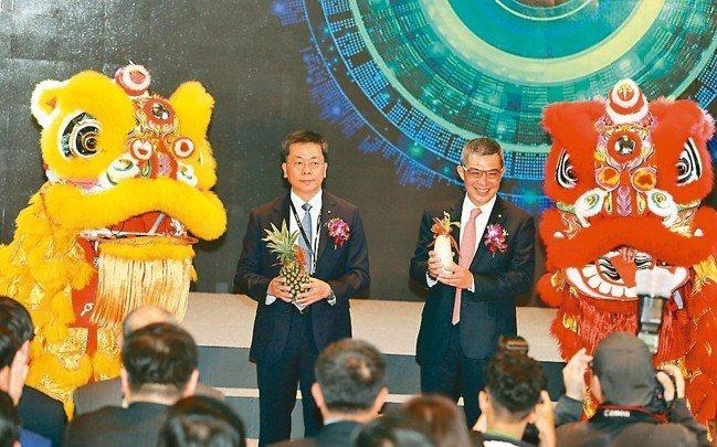 勤業眾信喬遷慶祝開幕,由董事長郭政弘(右)及總裁賴冠仲主持。 記者曾吉松/攝影