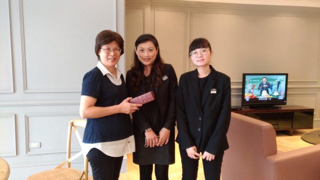 大立百貨行銷部實習,企管系老師何海鳳(左)、大立主管(中)、實習同學(右)合影。...