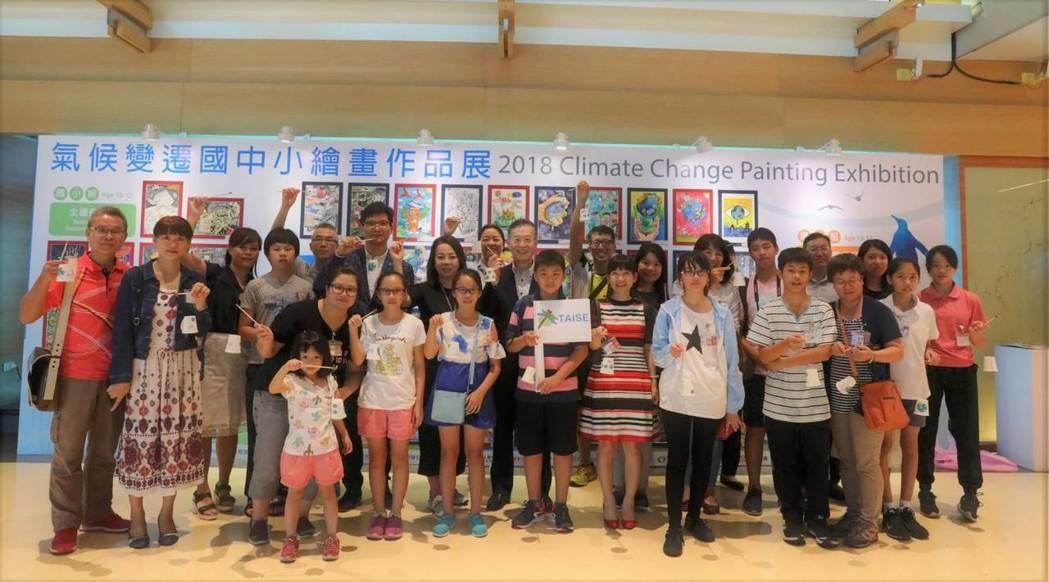 出席貴賓與獲獎同學、家長大合照。台灣永續能源研究基金會/提供