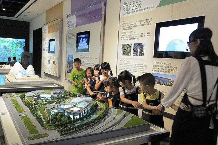 小小博物館員體驗營帶領孩子們觀覽臺灣具代表性的建築模型。 人文遠雄博物館/提供