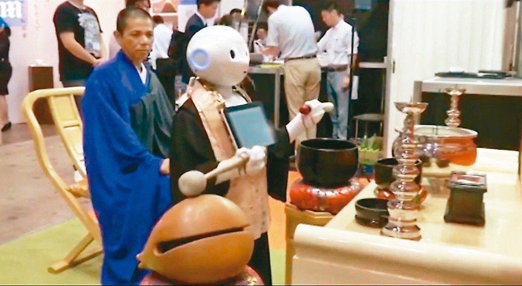 日本已經有機器人主持葬禮的服務。 圖/截自News Hashmi影片