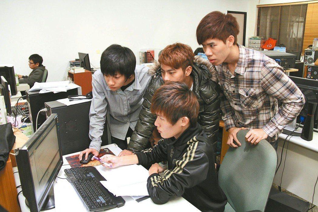 台北科大從106學年起,將「程式語言」列為必修課程,培養學生具備基礎的程式設計能...