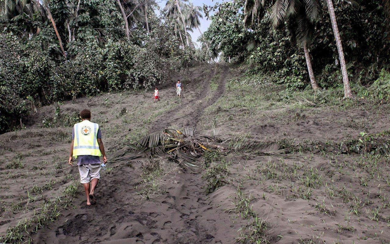 居民走在火山灰蔓延的土地上。 歐新社