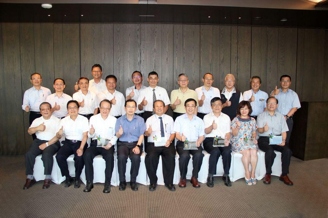 車輛中心的營運在前董事長劉興臺(前排左5)與前總經理黃隆洲(前排左3)帶領下,獲...