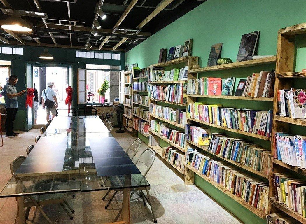 貢寮街有機書店昨天開幕,書店滿牆的書很吸引人。 記者吳淑君/攝影