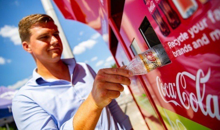 可口可樂公司使用自動粉碎空瓶機,鼓勵民眾確實回收。圖/翻攝Unisan UK官網
