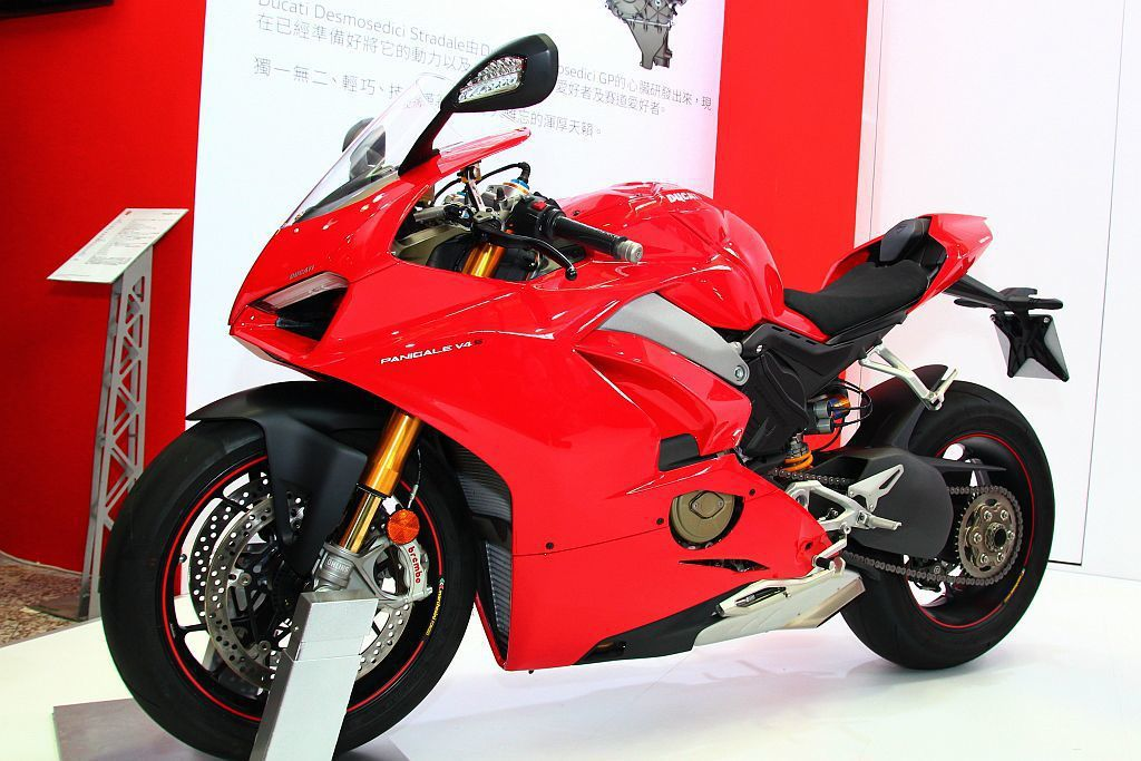 義大利跑車廠也帶來首次在台亮相的Ducat Panigale V4仿賽。 記者張...