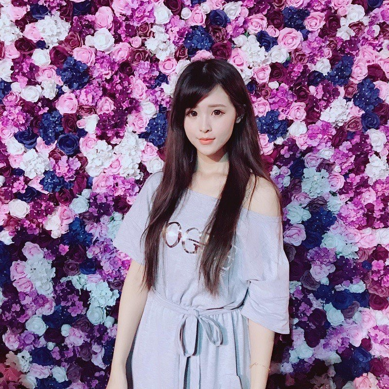 《紫色浪漫的鳥籠花園》紫色花園裡,大小鳥籠錯落有致,一整片的夢幻花牆前,留下你的...