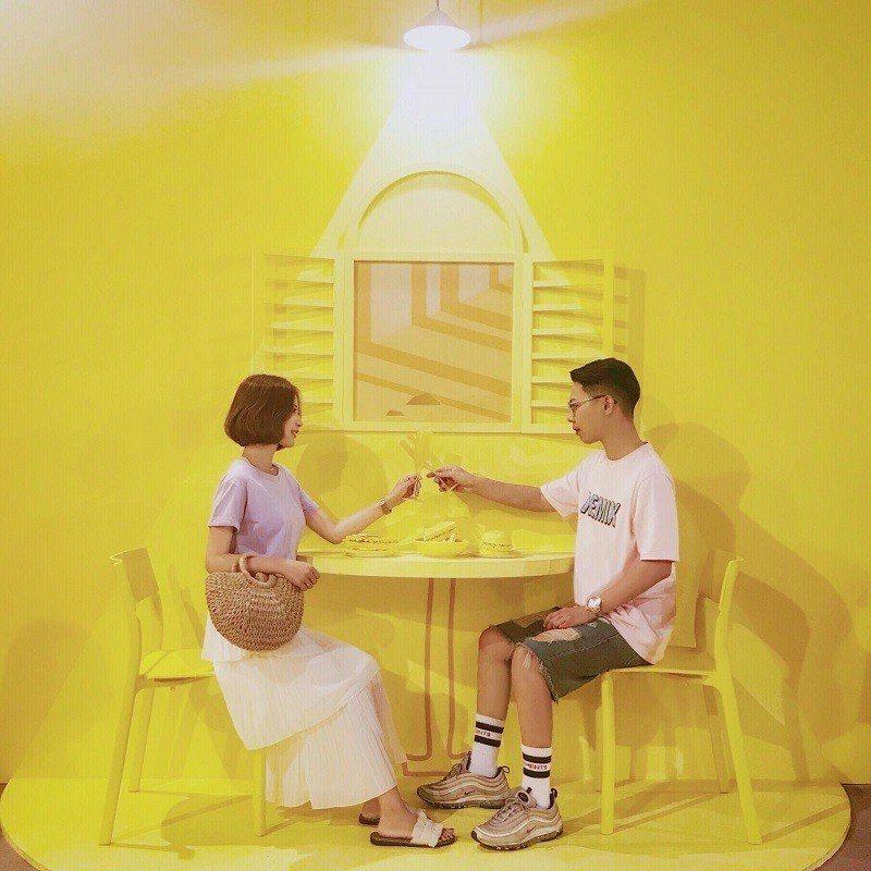 《活力滿點的黃色早餐店》桌椅、傢俱全部都是黃的不稀奇,連漢堡都是黃的才稀奇!讓黃...