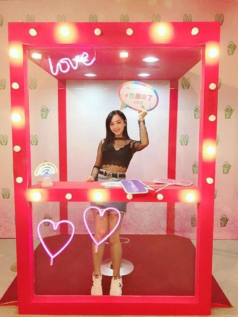 高雄款限定的《豔麗檳榔攤》繽紛燈光和透明櫃的花俏豔麗設計,來到這裡的女孩們都是最...