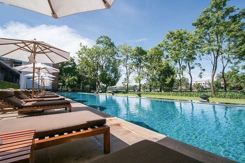 戶外泳池被綠意環抱,還能眺望湄平河景。 攝影/行遍天下