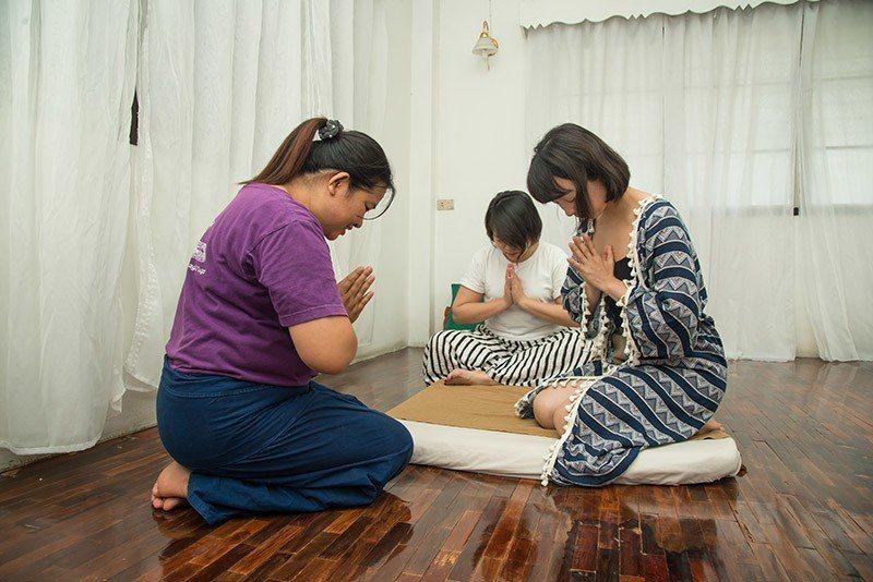 學習課程開始前,要全體一起誦經與祈禱並靜心。  攝影|行遍天下