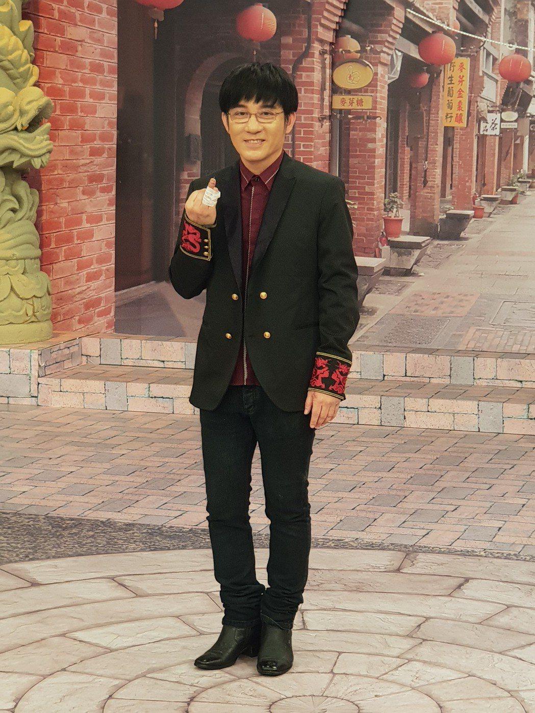 江明學手上鋼釘清晰可見。記者李姿瑩/攝影