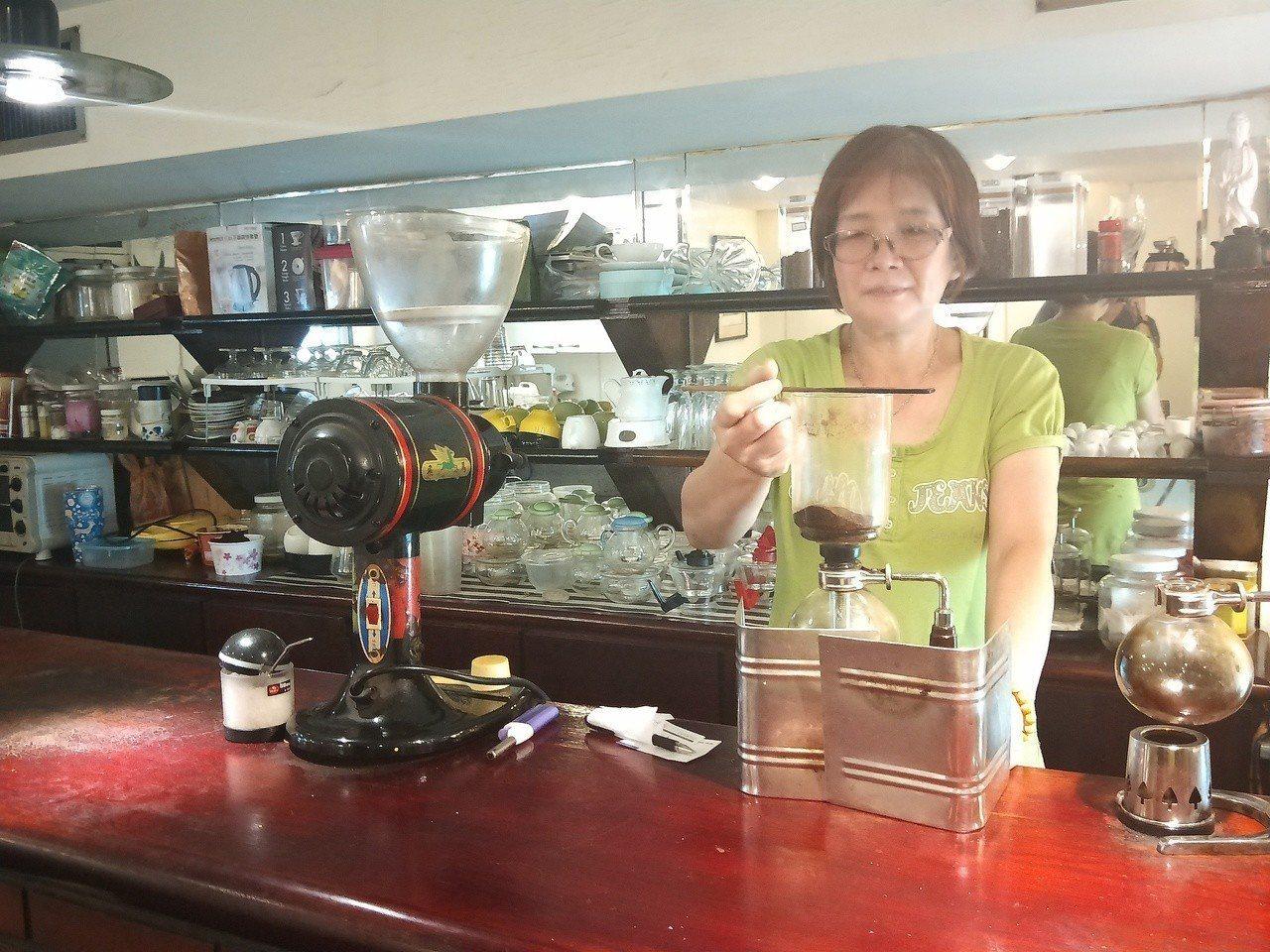 營運40年的基隆上島咖啡店本月底吹熄燈號,老闆娘方碧虹泡的虹吸式咖啡,很有老味道...