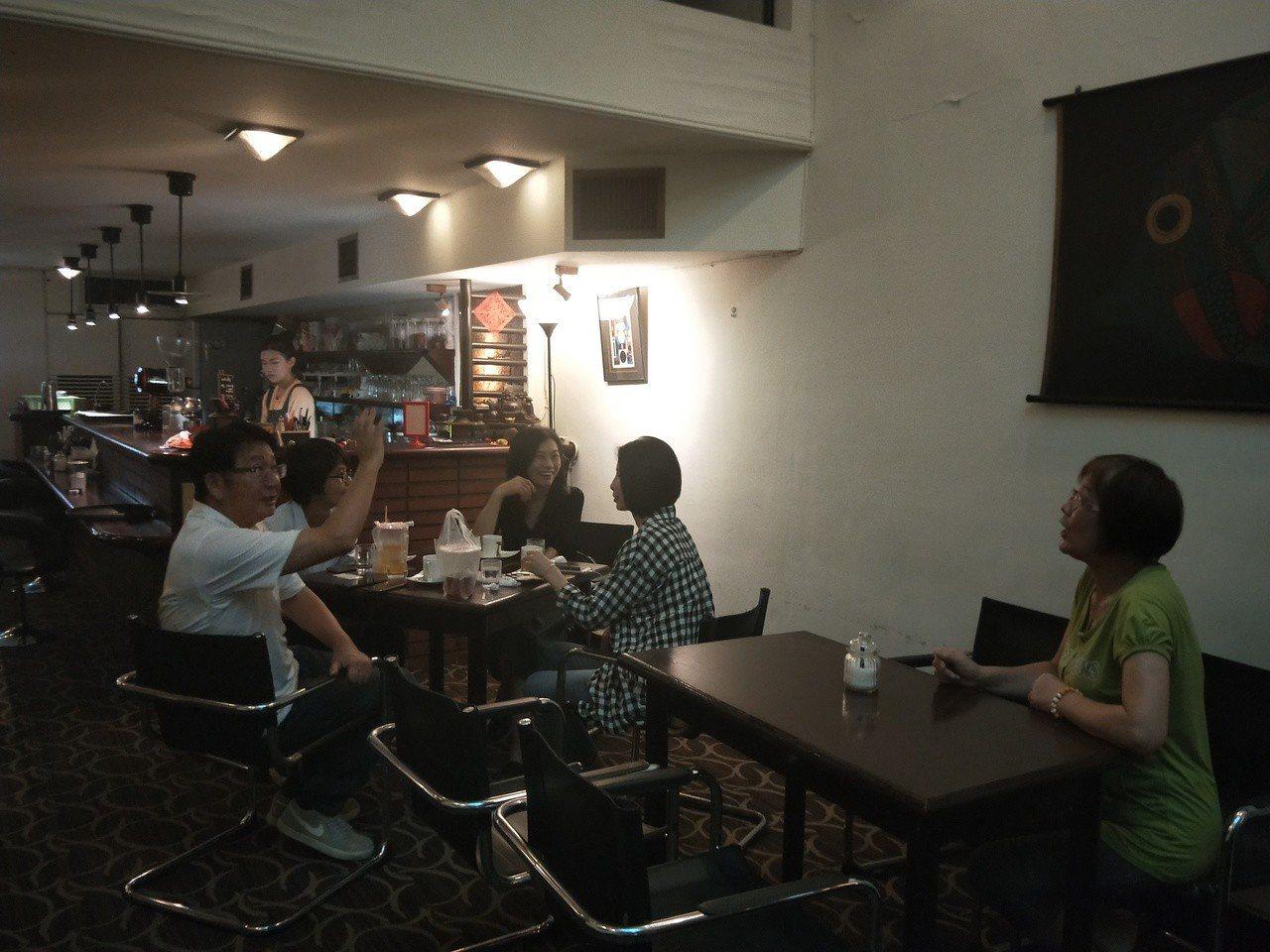 營運40年的基隆上島咖啡店本月底吹熄燈號,這幾天有不少基隆人、旅人來喝老味道。記...