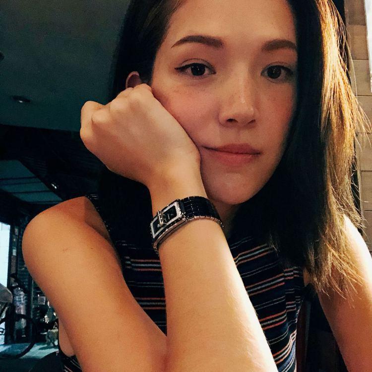 許瑋甯在IG分享自拍,手上最新的香奈兒Code Coco腕表相當搶鏡。圖/香奈兒...