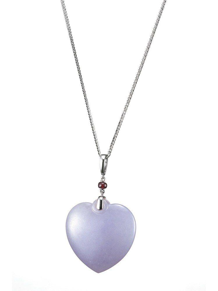 玉世家心型紫羅蘭翡翠墜飾,搭配紅寶珠(不含項鍊),36萬8,000元。圖/玉世家...