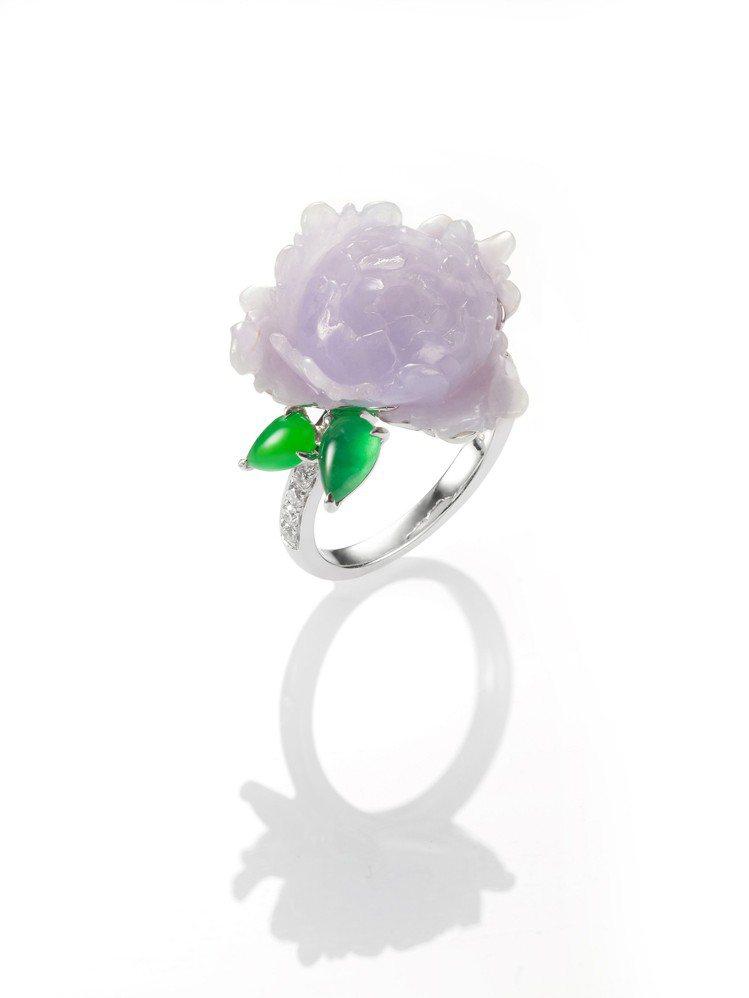 玉世家呢喃系列玫瑰花形紫羅蘭翡翠與水滴形翡翠鑲鑽戒指,13萬8,000元。圖/玉...