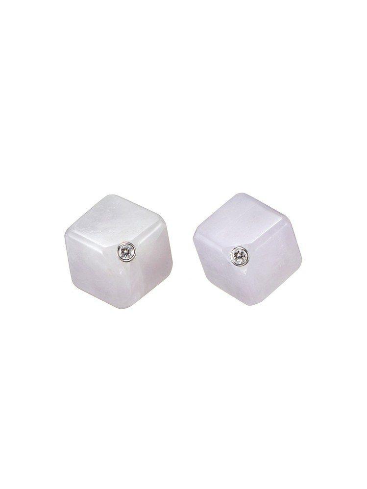 玉世家Cube系列立方體紫羅蘭翡翠鑲鑽貼耳耳環,26,800元。圖/玉世家提供