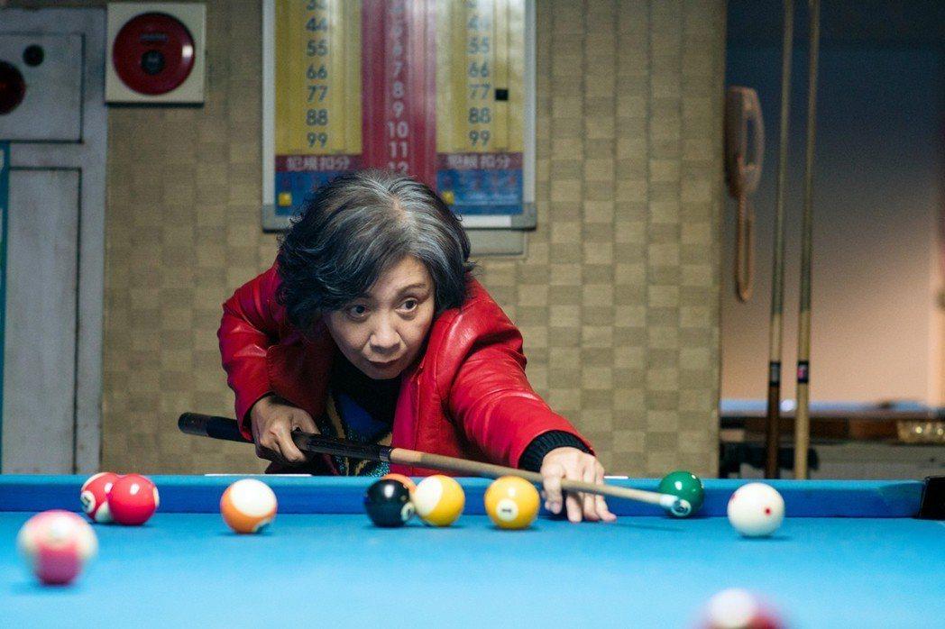 香港影后鮑起靜來台拍國片「生生」,飾演網紅奶奶,挑戰唱歌、跳舞、做菜以及打撞球。