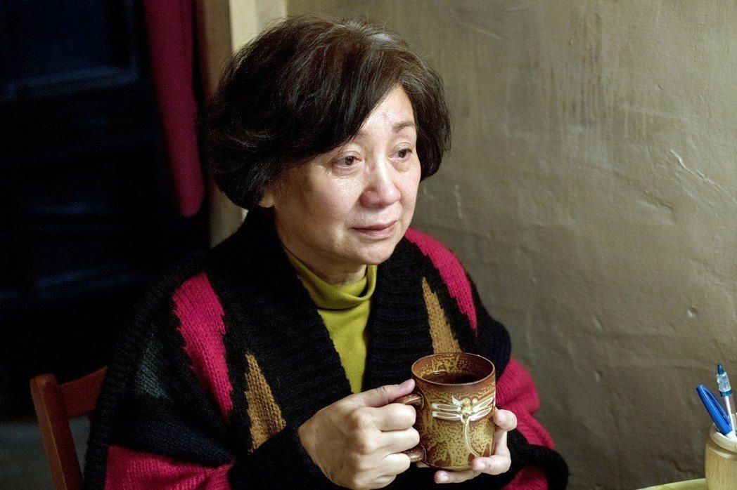 香港影后鮑起靜來台拍國片「生生」,飾演網紅奶奶,挑戰唱歌、跳舞、做菜以及打撞球。...