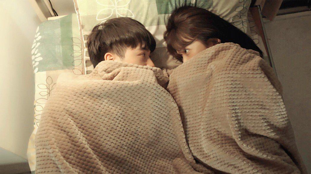 邵雨薇、吳思賢在戲中同床過夜。圖/東森提供