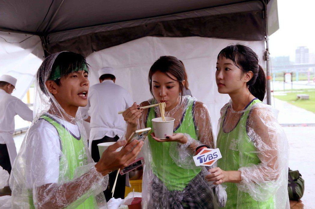 阿翔(左起)、莎莎、巴鈺近來將消失在「食尚玩家」節目了。圖/TVBS提供