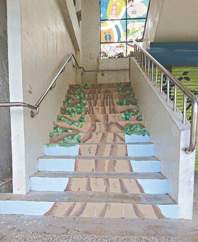 高雄大學學生將新威國小的特色老樹吉貝木棉,彩繪在樓梯上。 圖/高雄大學提供