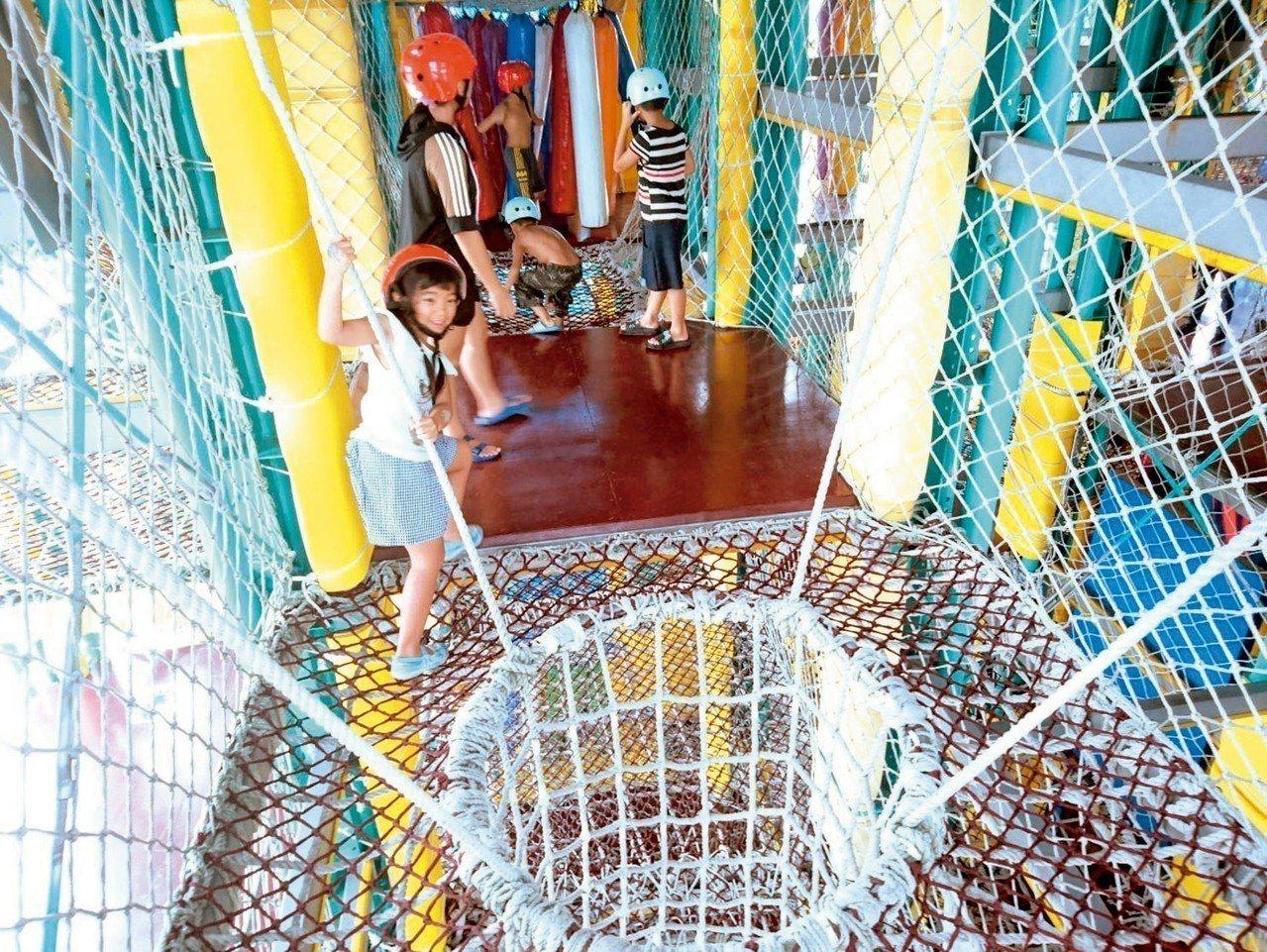 潛艇堡內闖迷宮。 記者羅建旺/攝影
