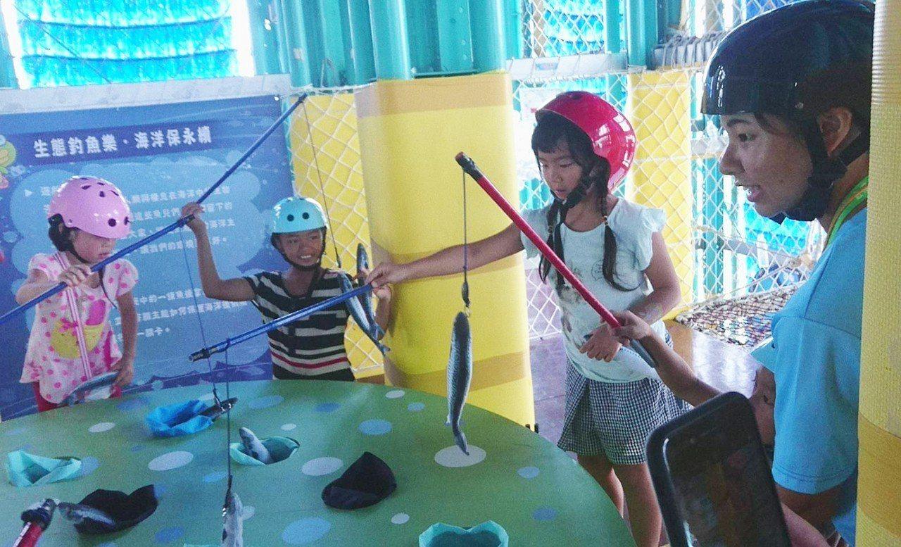 兒童玩釣魚。記者羅建旺/攝影