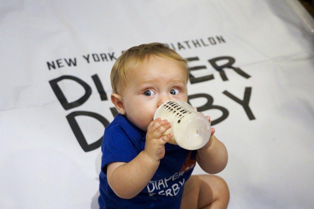 醫師呼籲家長別輕忽寶寶濕疹問題。圖為美國紐約嬰兒爬行比賽。 (新華社)