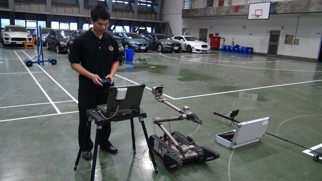 刑事局偵五大隊第二隊配置一台要價800萬的iROBOT機器人,負責拆彈工作。記者...
