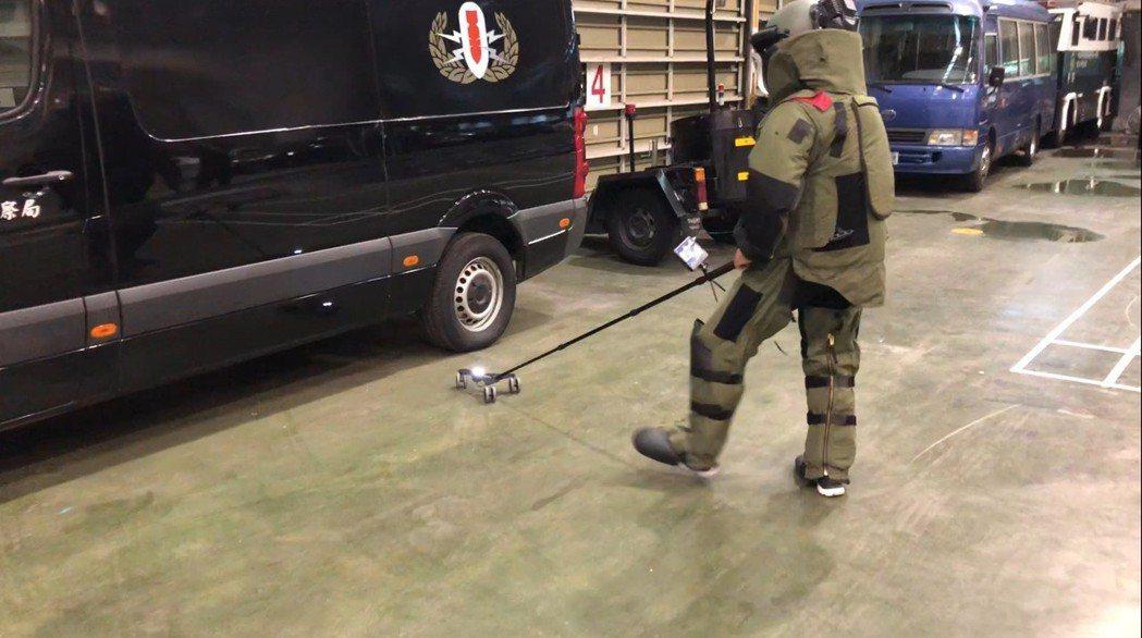 刑事局偵五大隊第二隊的拆彈工具多元,也有結合視訊鏡頭的機械手臂,能觀察車底爆裂物...