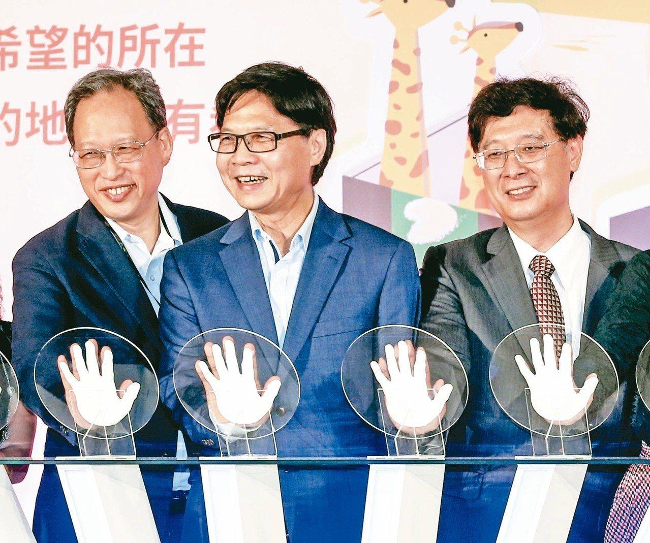 教育部長葉俊榮(中)昨天參加2018大學社會實踐博覽會,與USR推動中心教授郭耀...