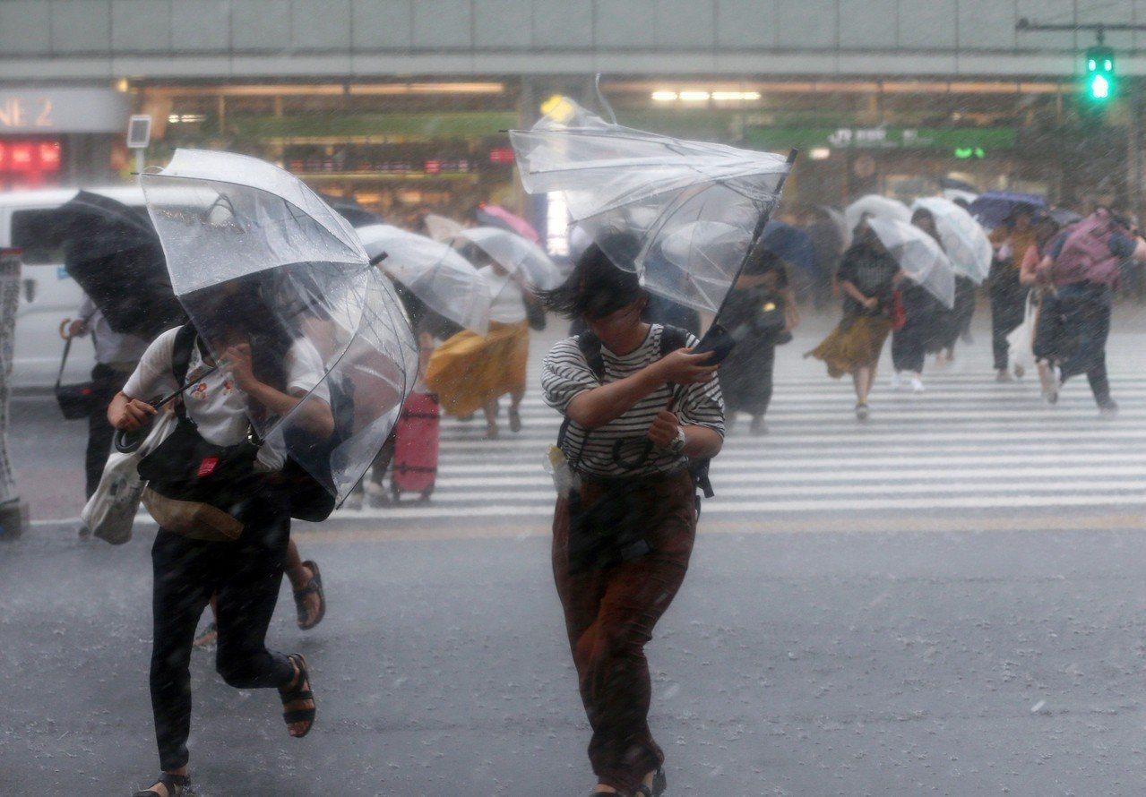 颱風雲雀(Jongdari)直撲日本。圖為28日東京街頭風強雨驟的景象。 歐新社