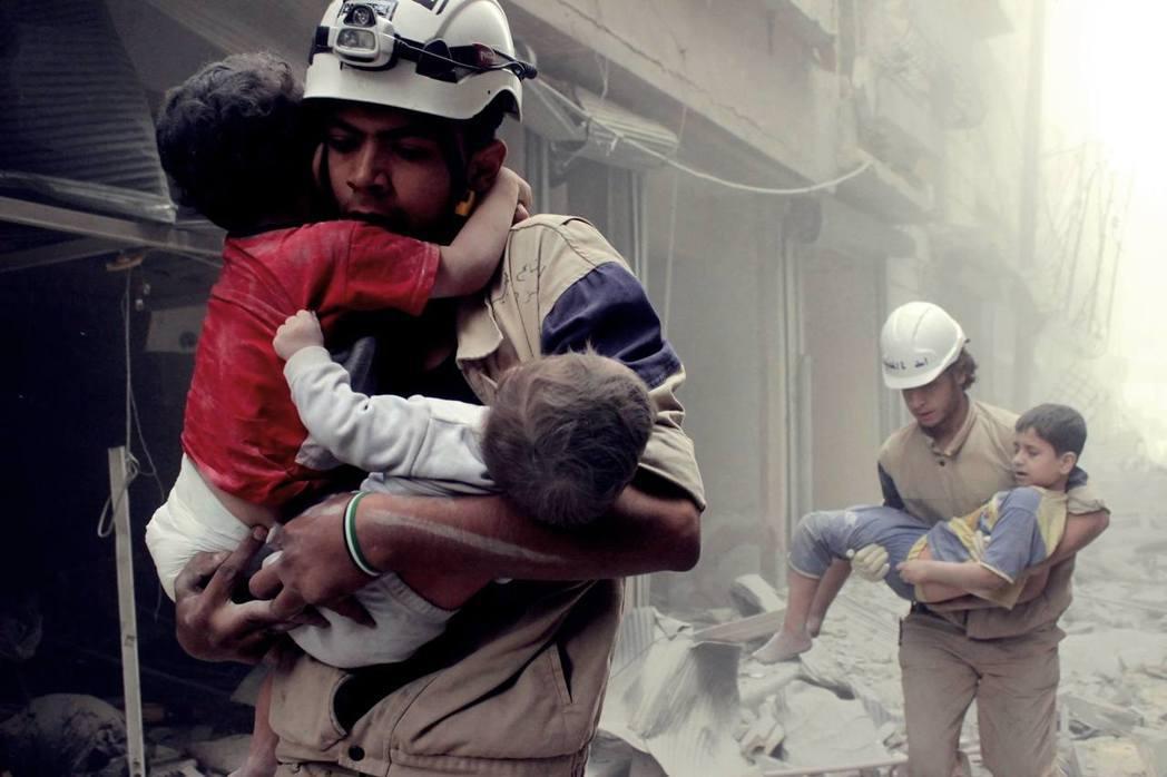 白頭盔的救助者:戰場無差別救難的敘利亞民防隊。 圖/路透社