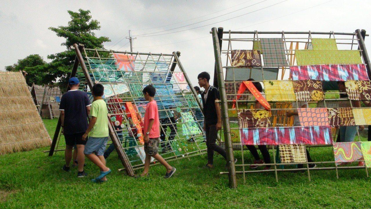 與會民眾學習傳統農村雙合寮,並自製環保創意雙合寮裝置藝術。記者謝恩得/攝影