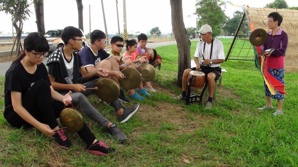 「二師兄」陳朝江(右二)帶大家練習北管的敲擊樂器。記者謝恩得/攝影