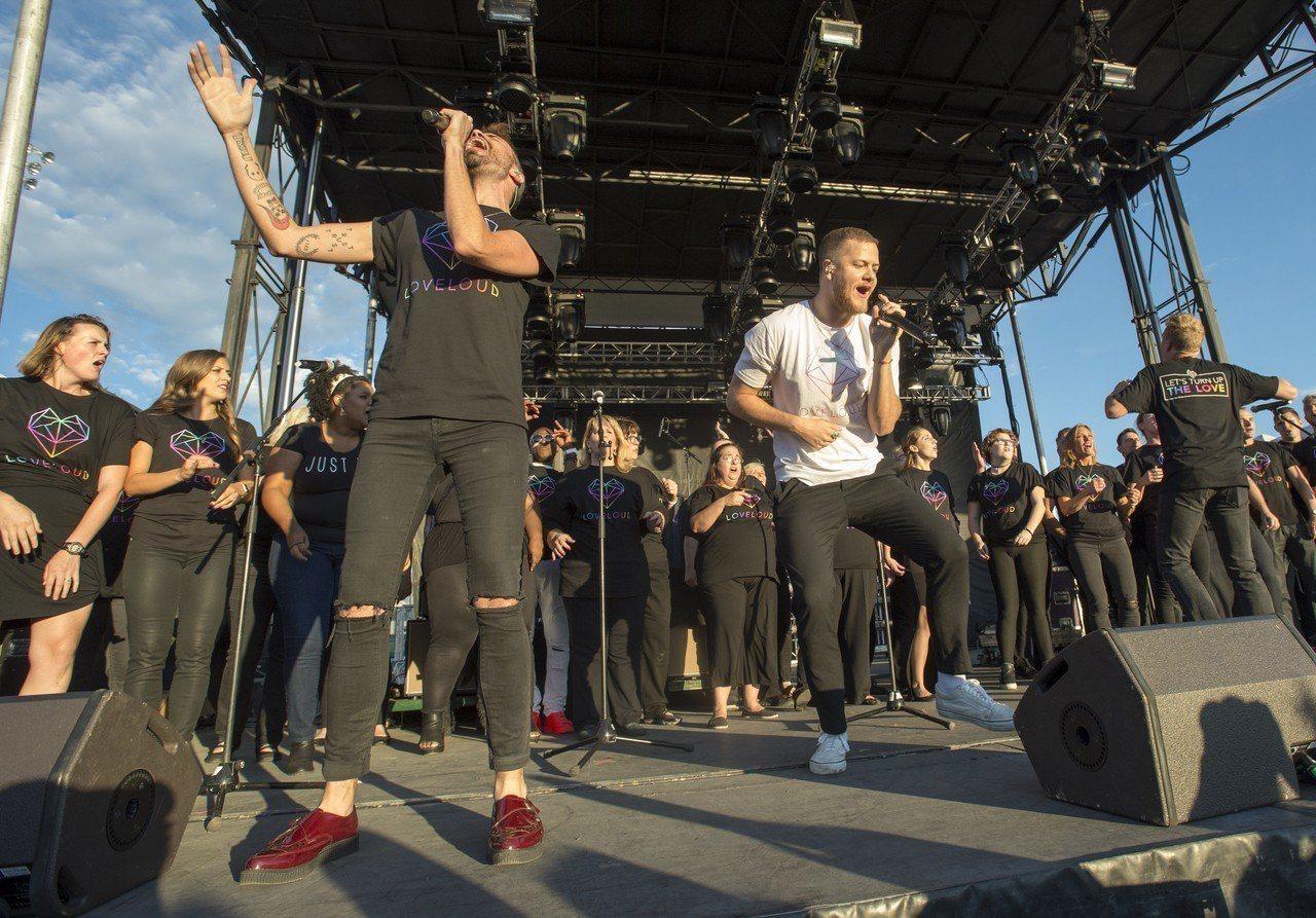 美國「謎幻樂團」辦LGBT音樂會,蘋果執行長庫克出席。美聯社