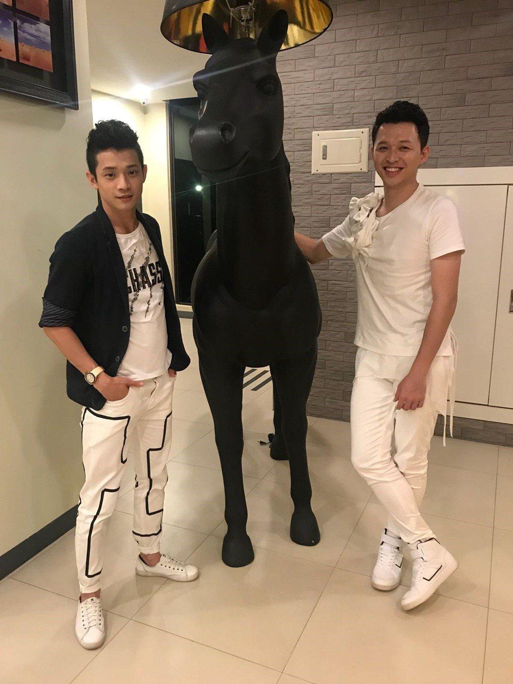 李子森(右)率師弟吳勇濱到金門演出。圖/勝駿娛樂提供