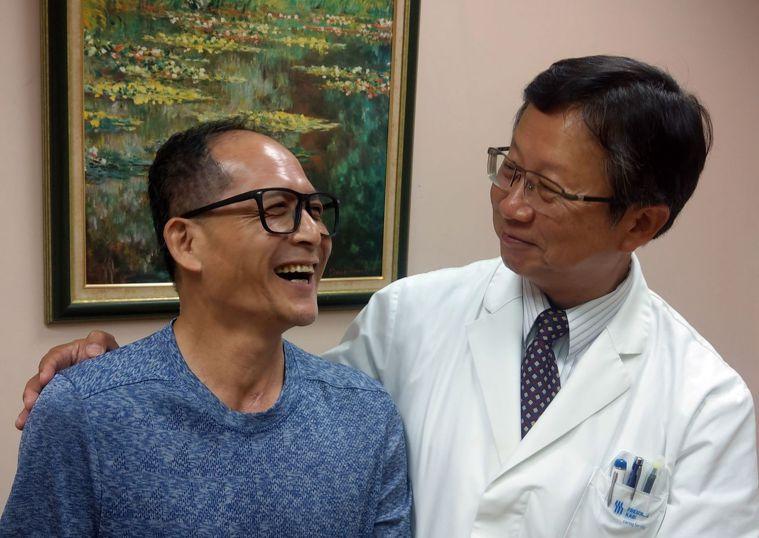 盧姓貨車司機(左)因經歷加護病房生死片,如今戒除菸、酒、檳榔。記者趙容萱/攝影