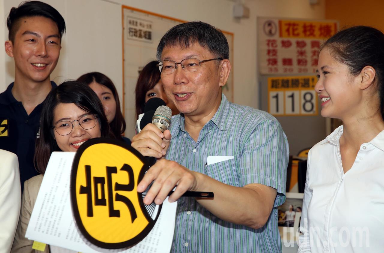 時代力量台北市中山大同區市議員參選人林亮君(右)手印,並提供時代力量年輕議員參選...