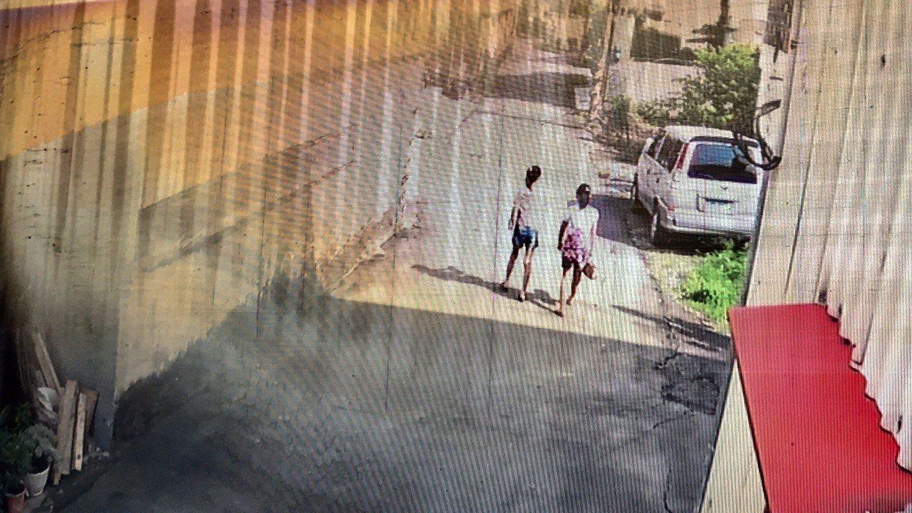黃姓女童(左,穿藍褲子)經過鄰居家門口被黑狗追逐。記者吳淑玲/翻攝