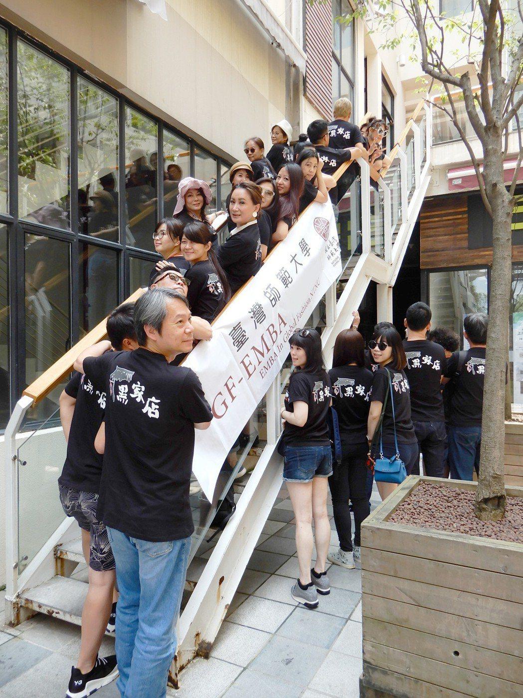 陳亞蘭和同學們到上海參訪,同學為支持她都穿上「黑家店」T恤。圖/寶麗來提供