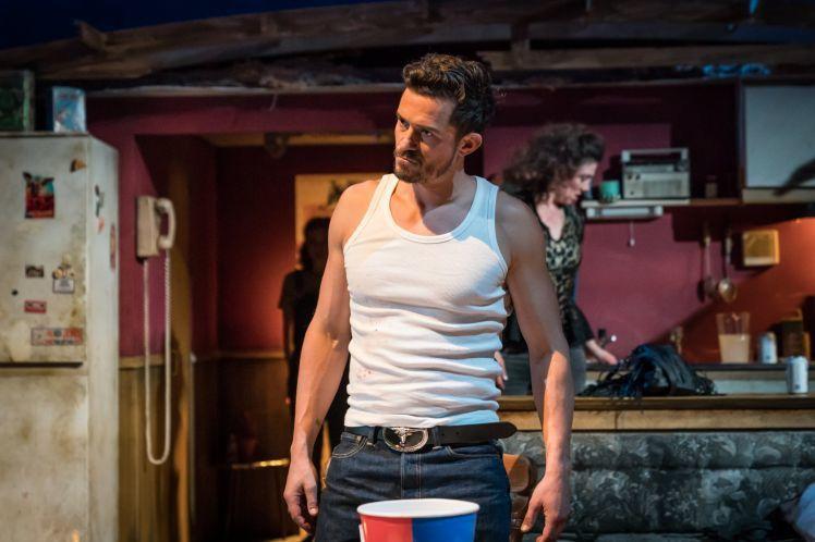 奧蘭多布魯近期在倫敦主演舞台劇「殺手喬一下」。圖/MARC BRENNER攝影