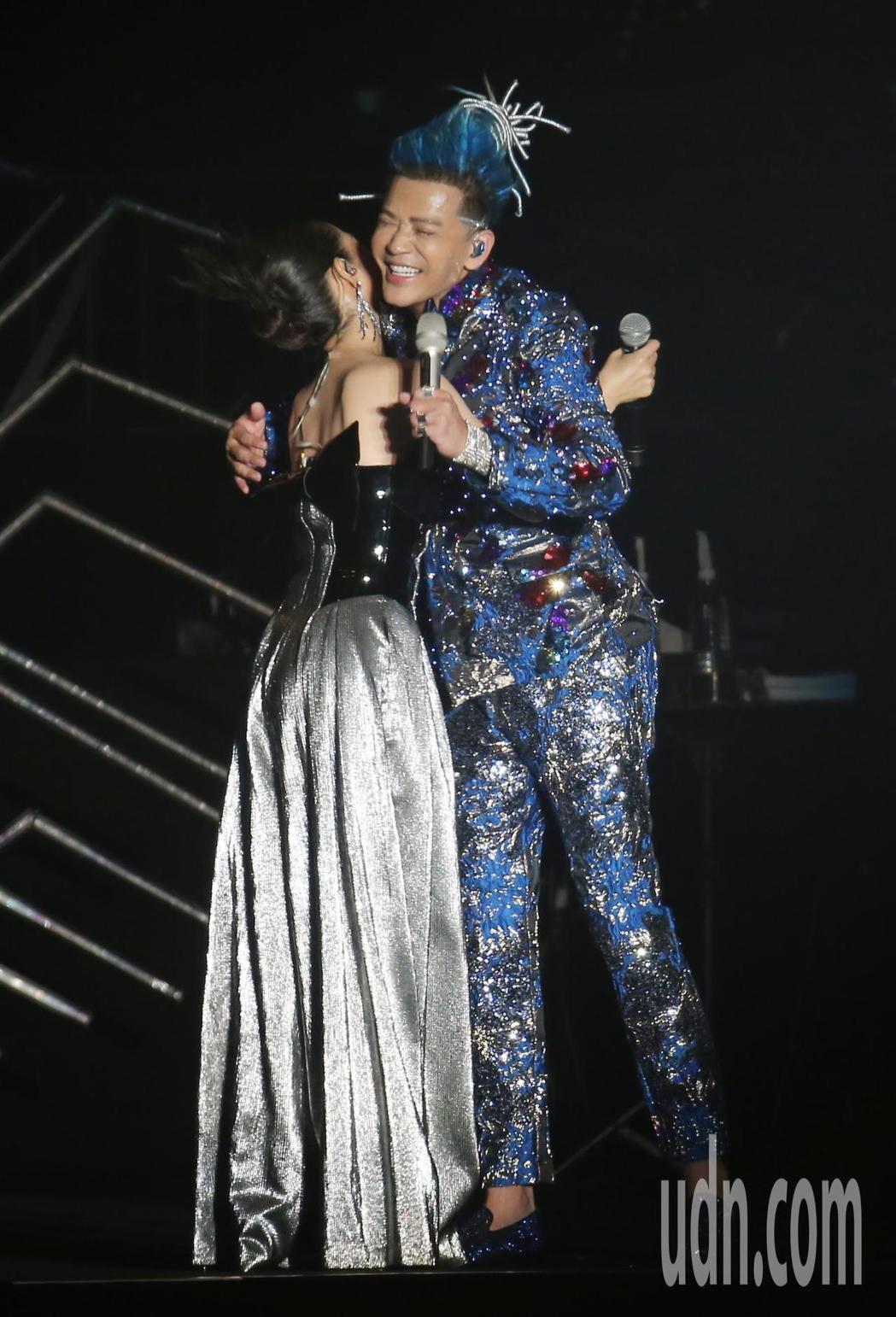 陳曉東(右)晚間在南港展覽館舉辦演唱會,他與特別嘉賓林依晨(左)合唱「突然心動」